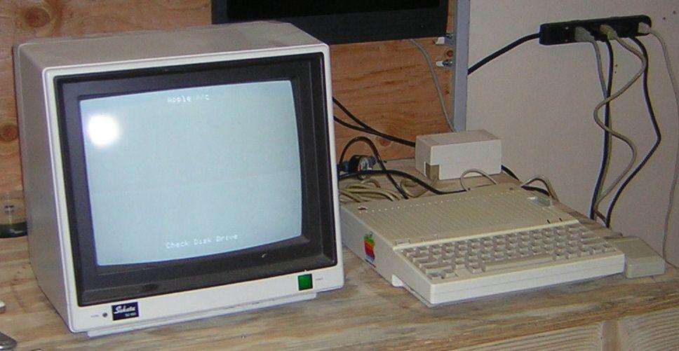 Apple IIc con un pequeño televisor. Existían monitores especiales, pero la mayoría de las personas utilizaban un pequeño o viejo televisor cercano.